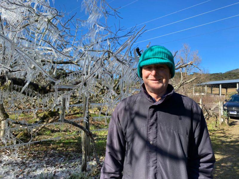 Evaldo Beckhauser, 72 anos, encanta turistas com árvore congelada – Foto: Maria Fernanda Salinet/ND