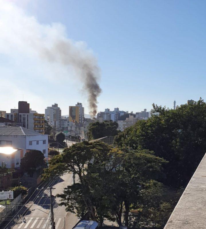 Incêndio provocou coluna de fumaça e chamou atenção de moradores – Foto: Jornalista Zenilda Stein/Reprodução/ND