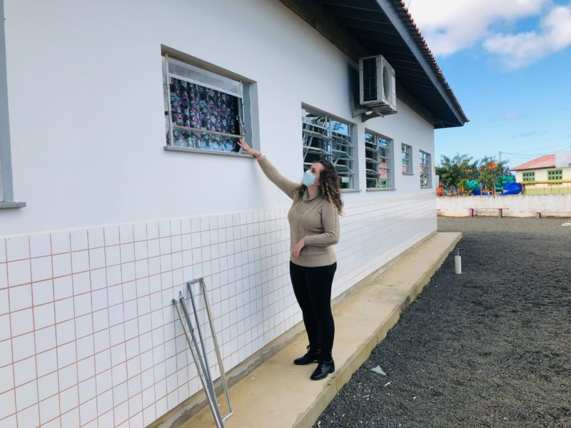 Diretora da escola, Vanessa De Faveri da Silva, mostra por onde ladrões entraram na escola de Maracajá no Sul de SC – Foto: Divulgação/Prefeitura Maracajá/ND