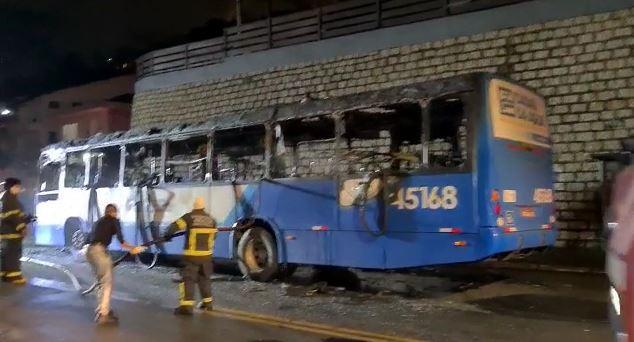 Bombeiros apagando incêndio em ônibus em florianópolis