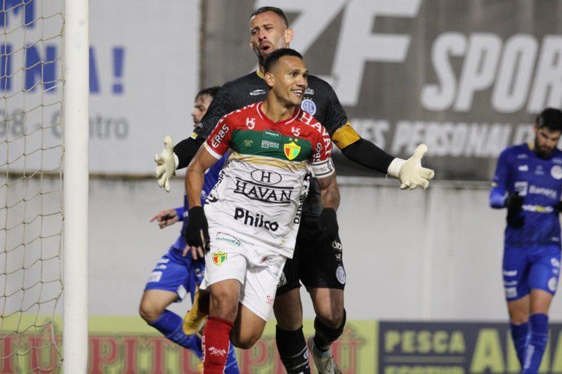Thiago Alagoano, autor de dois gols, comandou o Brusque em mais uma vitória na Série B – Foto: Lucas Gabriel Cardoso/Brusque FC
