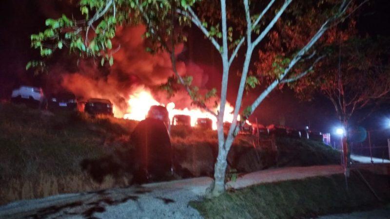 14 veículos ficaram totalmente destruídos pelo fogo – Foto: CBM/SC