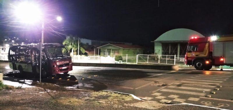 Micro-ônibus estacionado é destruído pelo fogo na madrugada em São Lourenço do Oeste — Foto: Corpo de Bombeiros/ND