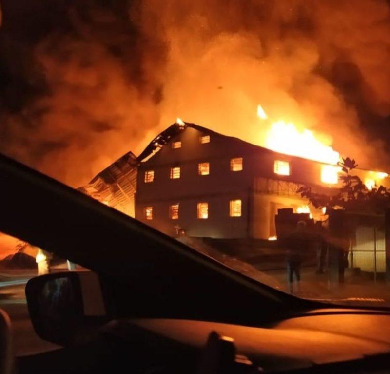 Incêndio atingiu galpão de malharia em Jaraguá do Sul na noite desta sexta-feira (23) – Foto: Reprodução/Redes Sociais