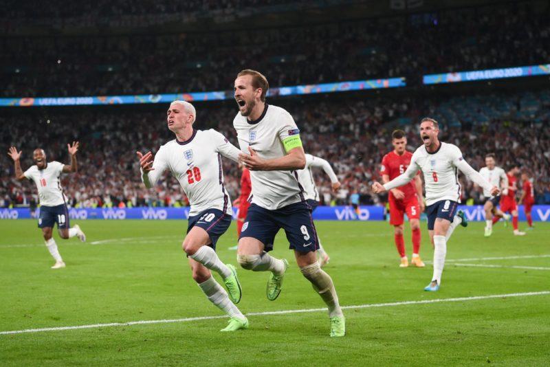 Kane correndo para comemorar o gol da Inglaterra