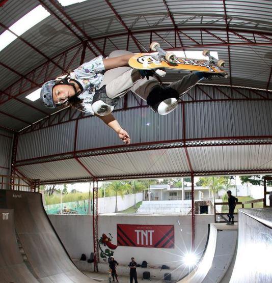Isadora Pacheco em manobra de skate