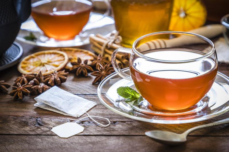 Beber chá no inverno também pode ajudar a combater o estresse e promover o bem-estar – Foto: iStock/Divulgação