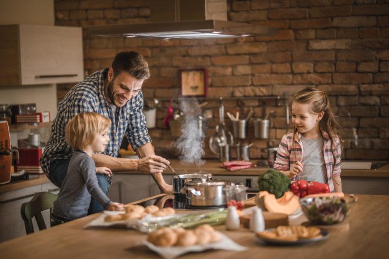 Os pais estão cada vez mais presentes, contribuindo com questões relacionadas às crianças e à casa – Foto: iStockphoto/ND