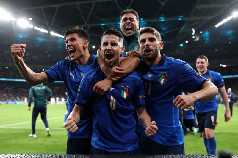 Joginho e companheiros, vestidos com o uniforme azul da Itália, comemoram classificação