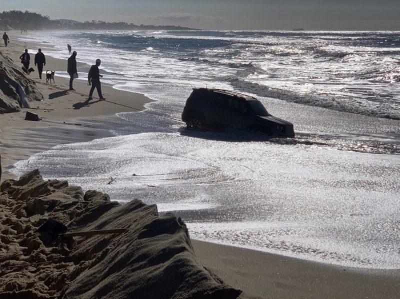 Jeep ficou atolado na areia e quase foi engolido pelo mar, em Florianópolis – Foto: Divulgação/CBMSC