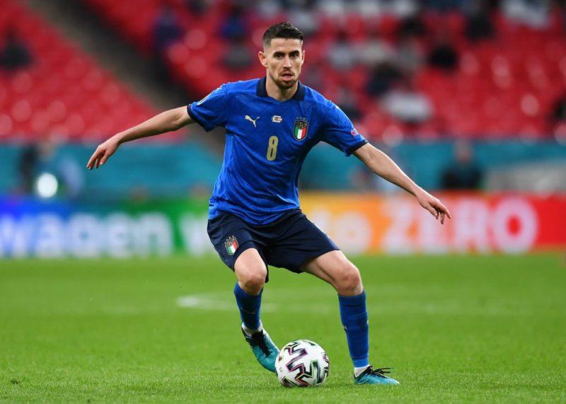 Jorginho com a camisa azul da Itália