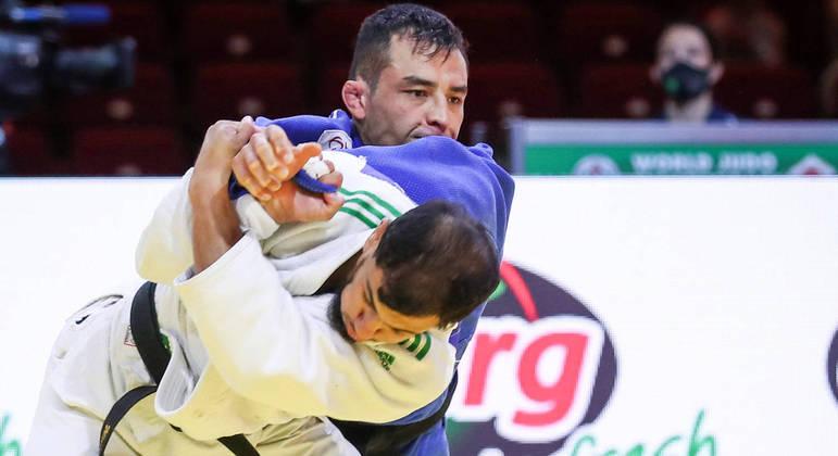 Judoca argelino Fethi Nourine (de azul) desistiu de lutar em Tóquio – Foto: MARINA MAYOROVA /IJF/DIVULGAÇÃO