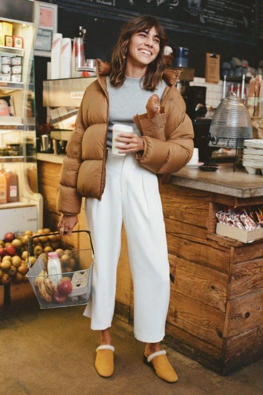 Abraço, através da jaqueta puffer, ainda mais nesse lindo tom caramelo. -Reprodução: Pinterest/ND