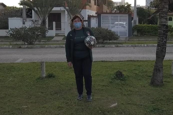 Maria Tereza atua como jogadora de uma equipe amadora de futebol feminino em Imbituba – Foto: Reprodução/NDTV