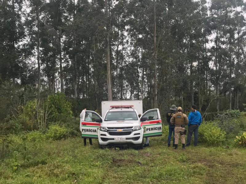 IGP e Polícia Civil foram acionados pela PM e fizeram a perícia no local em que foi encontrado o corpo em Içara no Sul de SC – Foto: Rafaela Custódio/Engeplus/ND