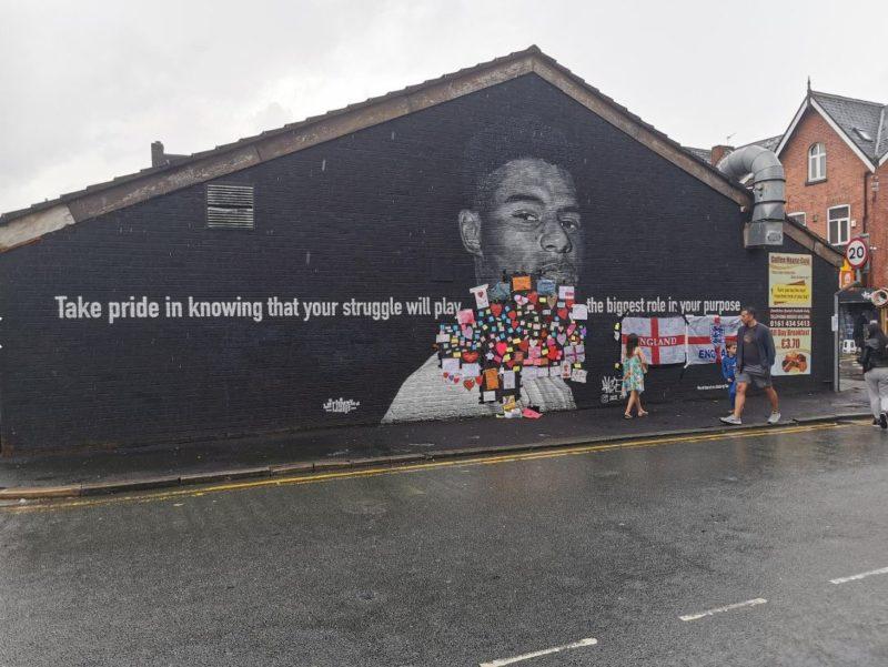 Mural de Rashford recebeu novas homenagens após insultos – Foto: Reprodução/Twitter