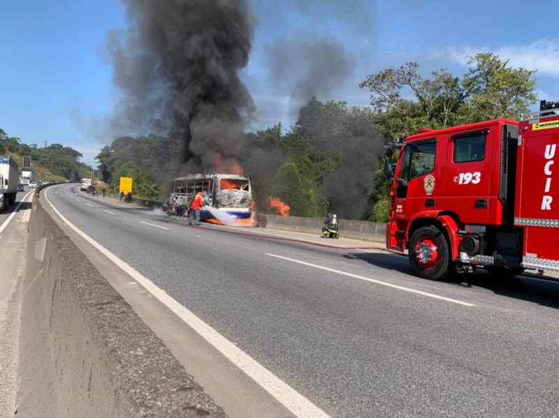 Incêndio em ônibus aconteceu na manhã desta quarta-feira (21), em Joinville – Foto: Alfa Stofelli/NDTV