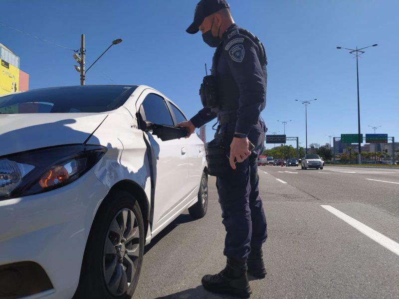 Condutor do carro que atingiu o idoso prestou socorro à vítima – Foto: Divulgação/GMF