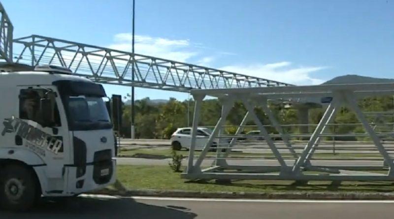 Últimos três módulos da estrutura metálica da passarela do CIC são içados em Florianópolis – Foto: Reprodução/NDTV RecordTV