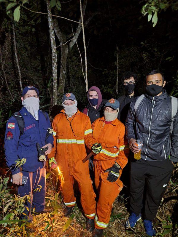Três jovens se perdem em trilha em Gaspar e são resgatados na madrugada mais fria do ano – Foto: Divulgação/Corpo de Bombeiros