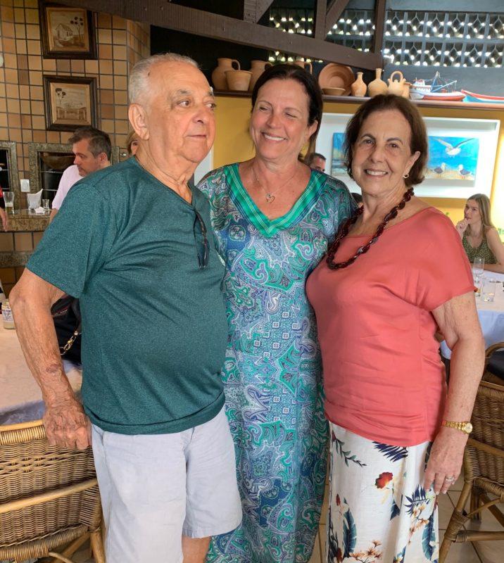 Casal Polidoro com a deputada Angela Amin, colaboradora do Dominó – Foto: Moacir Pereira