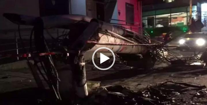 Porsche colide contra poste e fica totalmente destruído em Florianópolis – Foto: GMF/Divulgação/ND