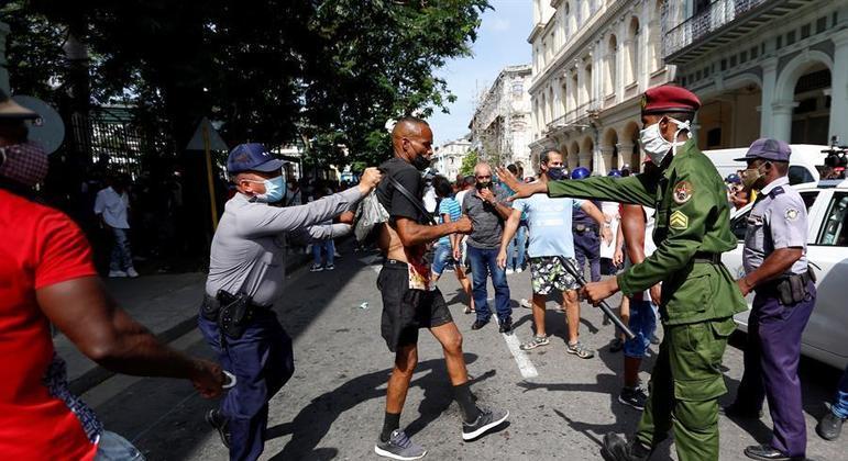 Protestos em Cuba acontecem desde o último final de semana – Foto: Ernesto Mastrascusa/EFE/Reprodução/ND