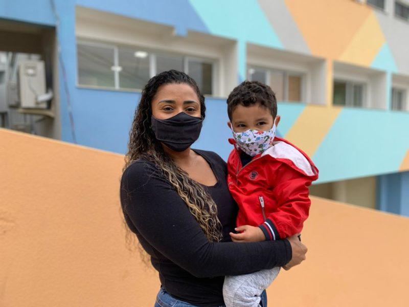 Rosângela e o filho Micael, de 3 anos: melhora na alimentação e saudades da professora – Foto: PMF/Divulgação/ND