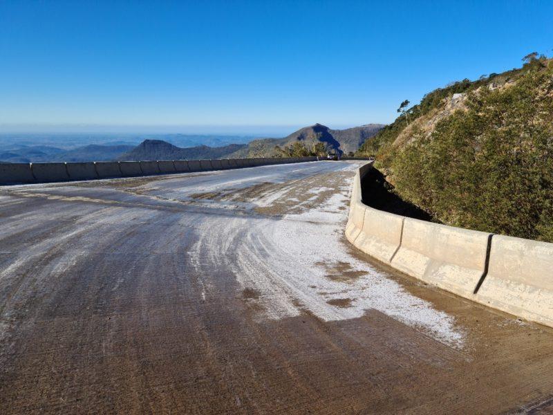Diversos pontos da Serra da Rocinha se encontram com gelo na pista – Foto: Divulgação/DNIT/ND