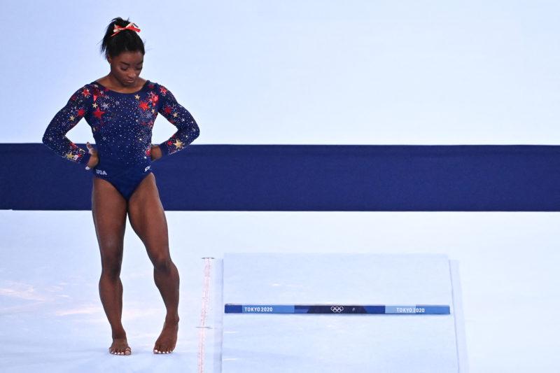 Simone Biles desiste de disputar final do individual geral na ginástica em Tóquio – Foto: Lionel BONAVENTURE / AFP