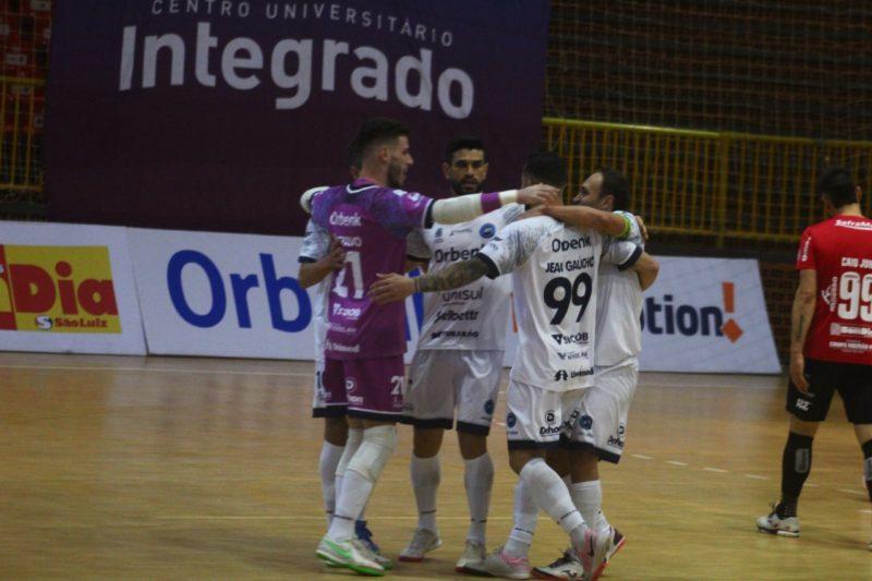 Com uma vitória dramática, o Tubarão Futsal alcançou o número de pontos do primeiro colocado do grupo C da Liga Nacional – Foto: Divulgação/ Tubarão Futsal/ND