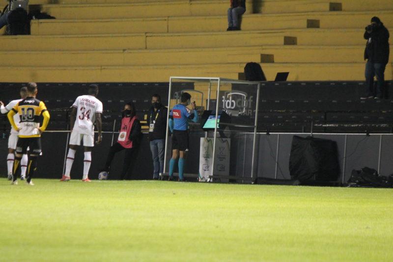 Árbitro foi chamado a cabine do VAR e após revisão marcou pênalti a favor do Criciúma no HH – Foto: Celso da Luz/CriciúmaEC/ND