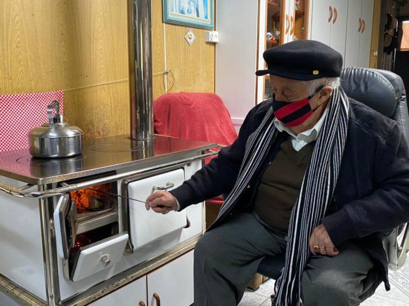 O catarinense de 90 anos não fica longe do fogão à lenha nos dias mais frios – Foto: Maria Fernanda Salinet/ND