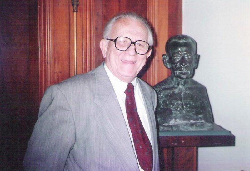 Walter Fernando Piazza (1925-2016) junto ao busto de seu tio, José Boiteux (1865-1934 ), patrono do ensino superior em Santa Catarina – Foto: Divulgação/ND