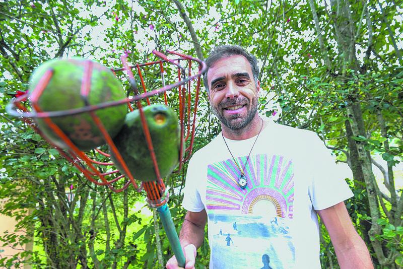 O manezinho Jorge João de Sousa, 40 anos, faz compostagem de matéria orgânica, vende mel em potes reciclados e colhe os abacates que consome no quintal de casa – Foto: Anderson Coelho/ND