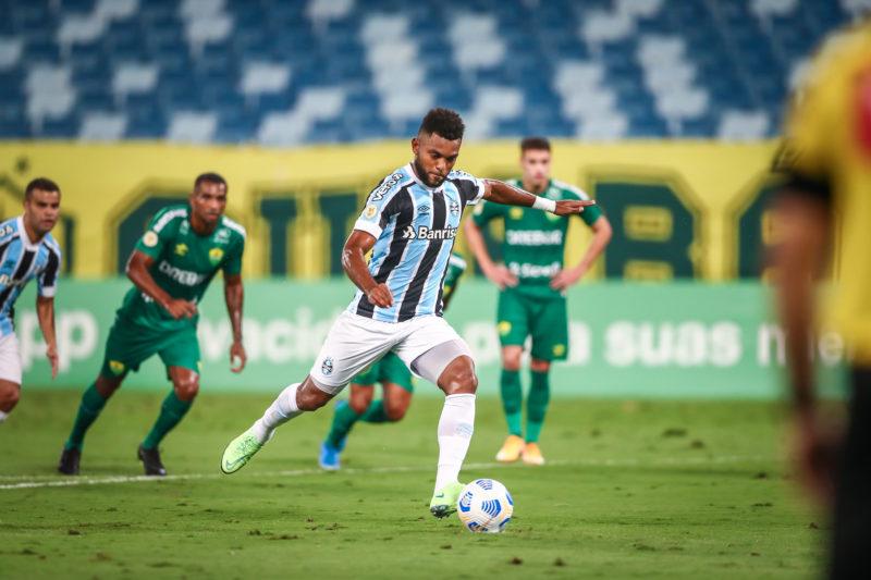Borja cobra o pênalti que deu a vitória ao Grêmio na noite desta quarta-feira – Foto: Lucas Uebel/Grêmio FBPA