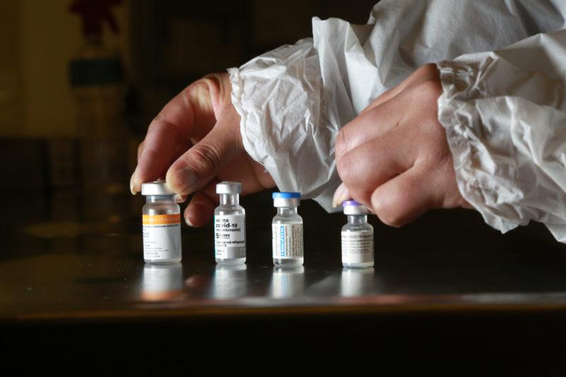 Vacinas da Covid-19 na rede de frio da Secretaria de Saúde — Foto: Julio Cavalheiro/Governo de SC/ND