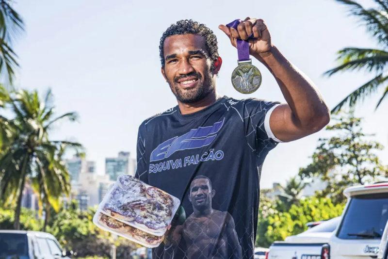 Atleta brasileiro e sua medalha – Foto: Arquivo