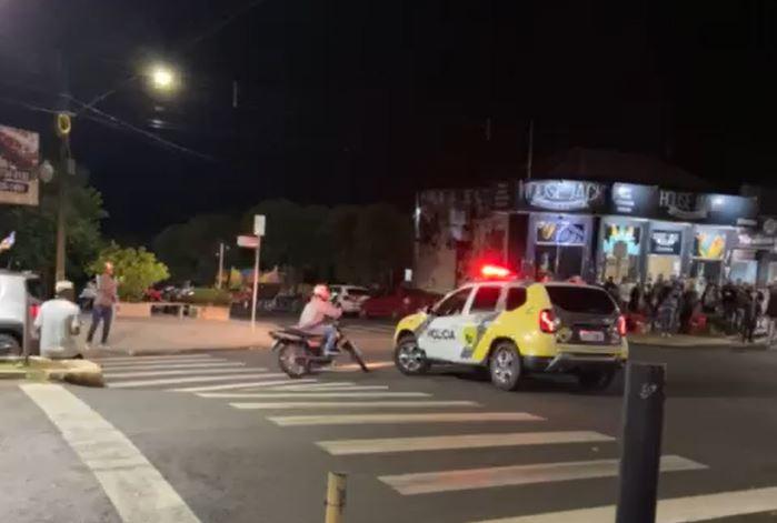 Carro derruba o jovem, que leva voadeira de policial instantes depois – Foto: Reprodução/ND