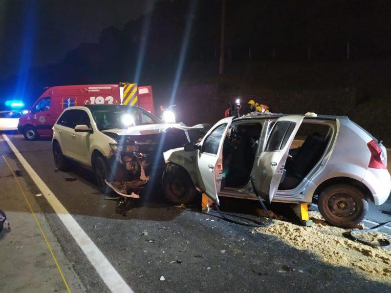 Motorista invadiu a pista contrária, bateu de frente em outro veículo e matou duas pessoas – Foto: PRF/Divulgação