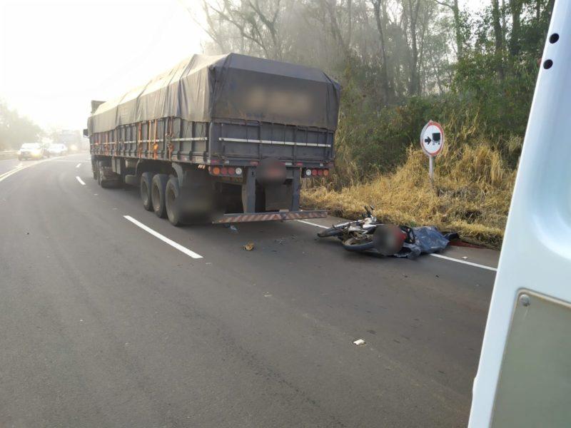 Motociclista não viu o caminhão parado na rodovia e bateu atrás – Foto: Corpo de Bombeiros/ND
