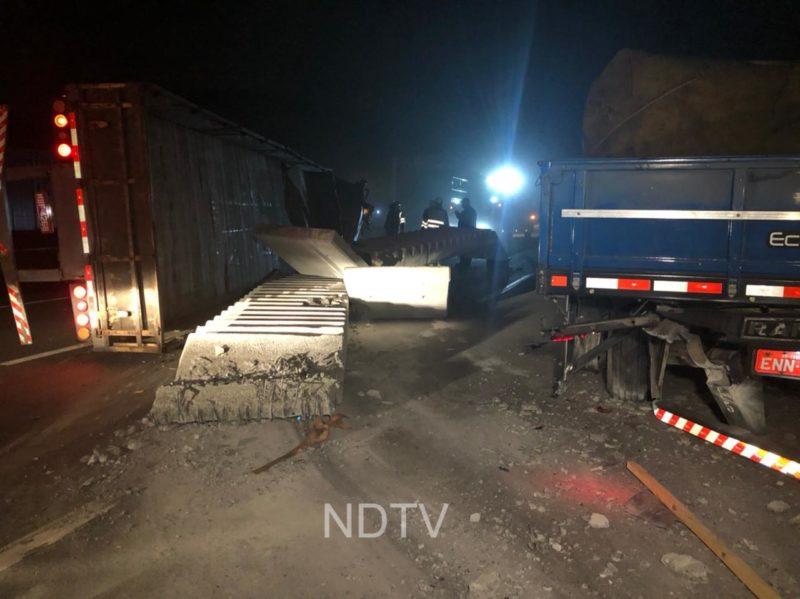 Carga de peças de cimento ficou espalhada pela pista – Foto: Ricardo Alves/NDTV