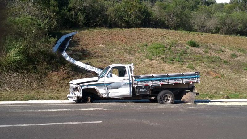 Chevrolet D-20 que estava acostado na pista após o acidente – Foto: 5° Batalhão de Bombeiros Militar/Reprodução/ND