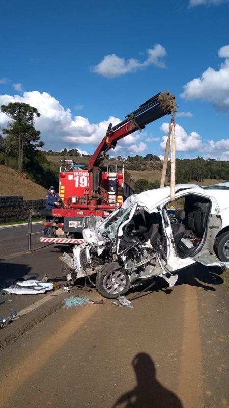 Prisma sendo retirado da estrada após acidente – Foto: 5° Batalhão de Bombeiros Militar/Reprodução/ND
