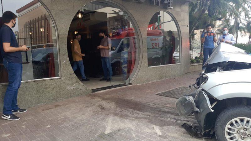 Motorista perde controle de carro e invade restaurante tradicional no Centro de Blumenau – Foto: Luiza Goulart/NDTV