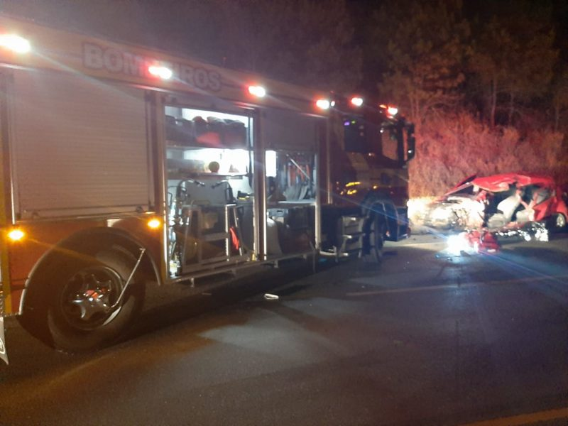 Uma passageira do veículo foi resgatada e levada ao hospital – Foto: 9BBM/Divulgação