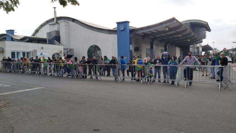 Apoiadores e autoridades chegaram cedo ao aeroporto de Joinville para acompanhar a chegada do presidente Jair Bolsonaro – Foto: Kelly Borges/NDTV