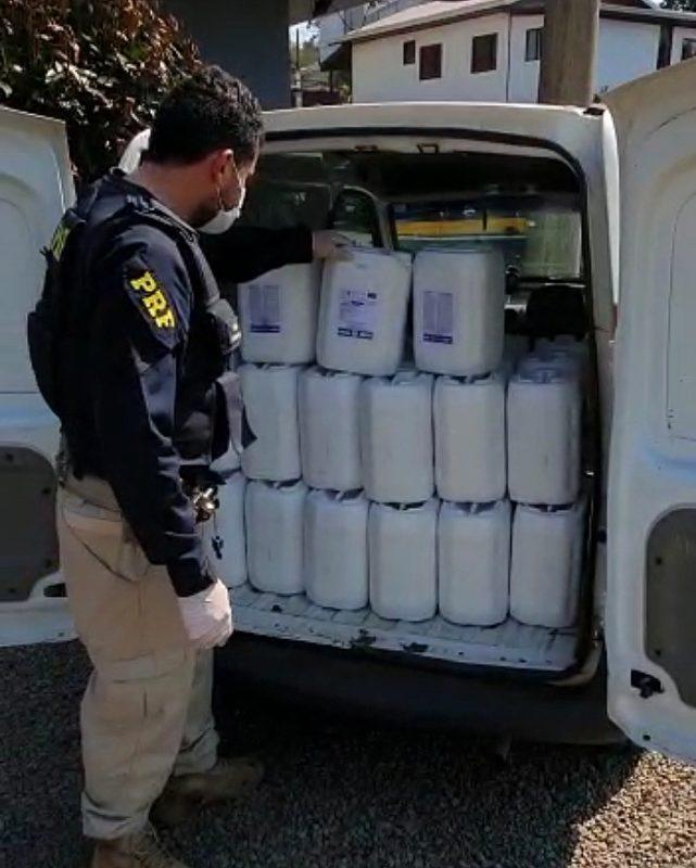 Policiais encontraram no compartimento de carga 60 embalagens de agrotóxicos com 10 litros cada – Foto: PRF/ND