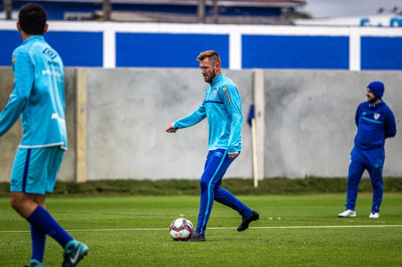 Alemão (com a bola) voltou a treinar com o elenco – Foto: Leandro Boeira/Avaí F.C