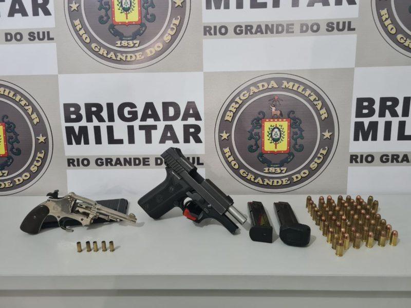 Os dois suspeitos foram presos com diversas armas de fogo – Foto: Brigada Militar de Severiano de Almeida (RS)/ND